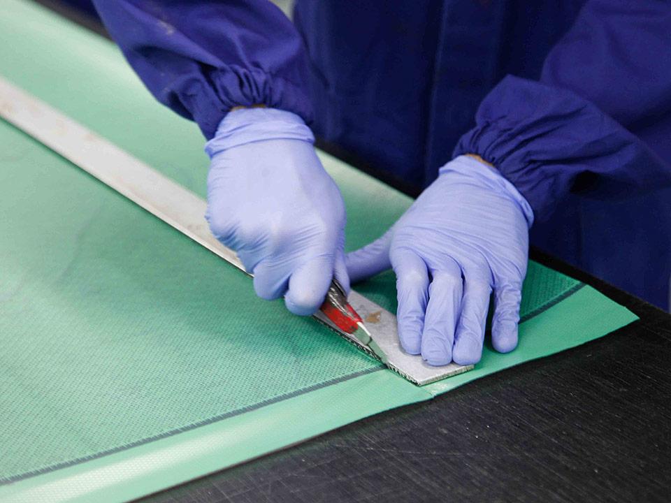 nuteco-fibra-carbonio-taglio-manuale