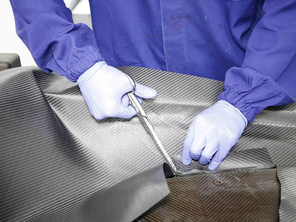 nuteco-fibra-carbonio-taglio-manuale-2